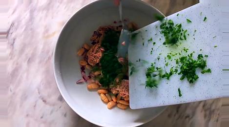 Добавляем в салат к тунцу и фасоли еще и петрушку.