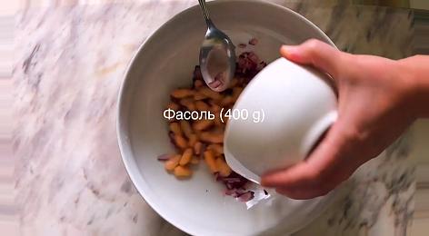 Добавляем в миску с будущим салатом тунец с фасолью  банку консервированной фасоли