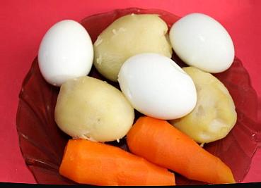 Картошку и морковь промыть и отварить