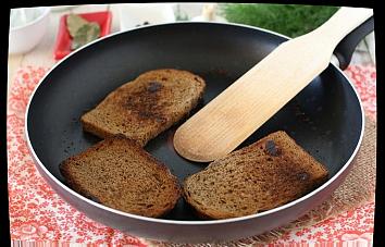 гренки с шпротами  Каждый их хлебцев натереть чесноком и обжарить