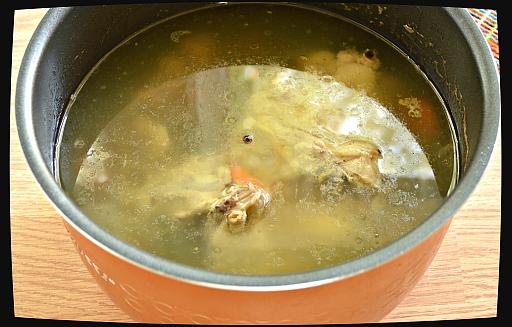 куриный бульон пошаговый рецепт с фото Заливаем водой будущий куриный бульон и ставим на огонь
