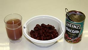 Открываем консервированную фасоль и добавляем к шпротам с кукурузой и аккуратно перемешиваем