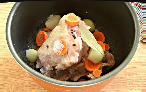 овощи добавляем к Куриному мясу для бульона