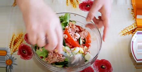 перемешиваем салат тунец с овощами