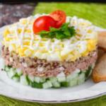 салат с тунцом и кукурузой яйцом и огурцами