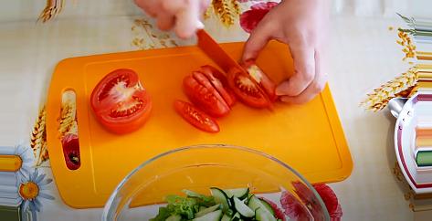 Помидоры нарезать на небольшие ломтики Для салата с овощами тунец