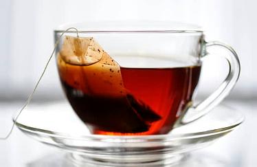 Заварите 4 пакетика черного чая стаканом кипятка