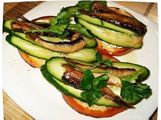бутерброд со шпротами и огурцом рецепт
