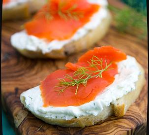 бутерброды с лососем и сыром