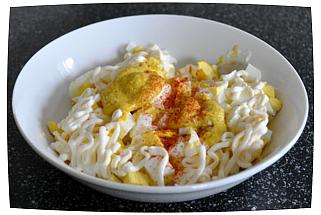Добавить горчицу и майонез, приправить чесночным порошком, копченым перцем и солью