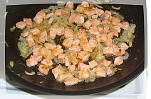 Добавить лосось к луку и готовить  еще 5 минут для жульена из рыбы