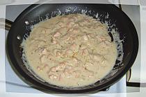 для нашего жульена Добавьте муку, а затем жирные сливки, небольшое количество за раз. Приправить смесь солью и перцем