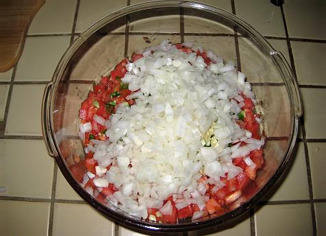 измельчите и добавьте ингредиенты для сальсы