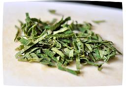 нарежьте листья шалфея тонкими полосками.