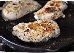 обжарить курицу по 3 минуты с каждой стороны, чтобы образовалась красивая корочка
