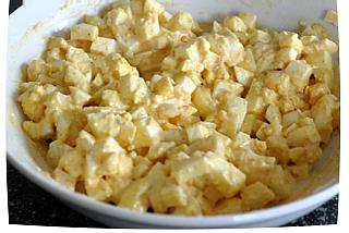 Перемешайте все ингредиенты начинки для бутерброда с яйцом