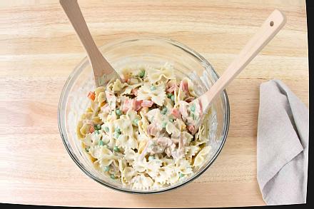 Соберите салат для пасты с красной рыбой