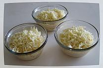 Сверху выложить толстый слой тертого сыра.