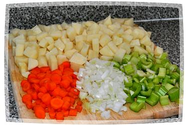 Тем временем нарежьте морковь, картофель и сельдерей кусочками нужной длины. Лук нашинковать