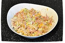В большой миске смешайте курицу, ветчину, огурцы, яйца и сыр