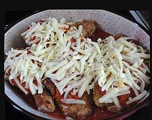 На каждый кусочек курицы выложить небольшое количество томатного соуса