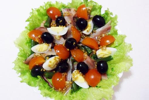 Щедро полить салат нисуаз с тунцом классический заправкой