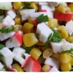 простой салат с куриной грудкой, крабовыми палочками и кукурузой