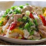 sallad med kycklingbröst och mångfärgade grönsaker. se.