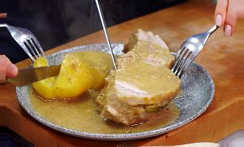 В тарелке для подачи полить соусом блюдо свинина в духовке большим куском