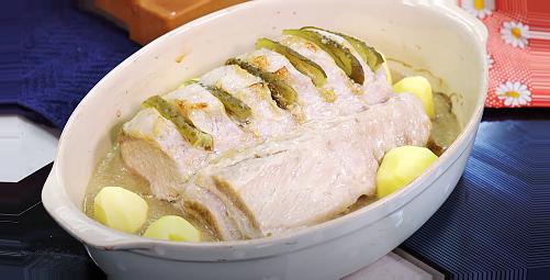 соус в жаровню, сверху укладываем мясо и картошку