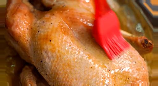 Bruk av smeltet fett og eplejuice for å spre det på anda.