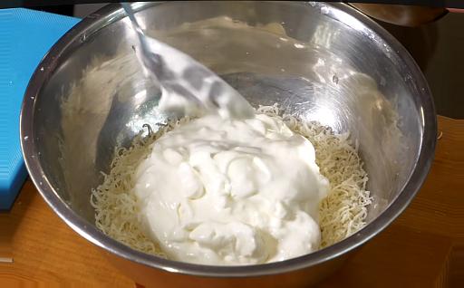 добавляем жирные сливки для карбонара со сливками и беконом