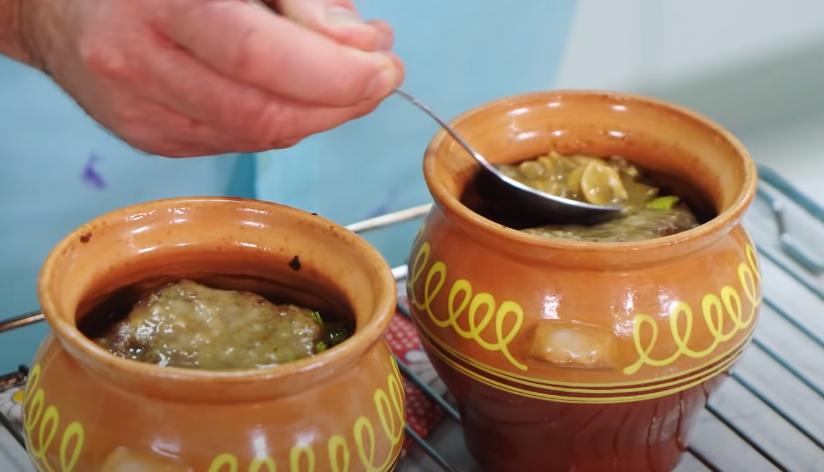 boeuf dans des pots avec des pommes de terre et des champignons