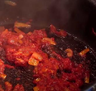 эту томатную  пасту поджарить