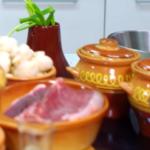 rundvlees in potten met aardappelen en champignons