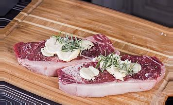 хорошенько поперчите и посолите стейк из говядины сувид с обеих сторон