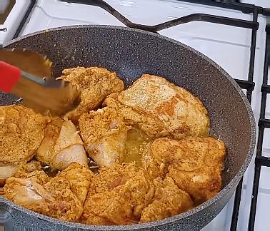 smażyć przez kilka minut na patelni kurczaka