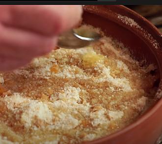 поливаем растопленным маслом слой панировочных сухарей нашей солянки