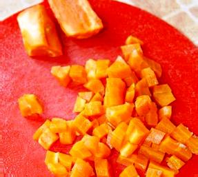 варени и нарязани моркови и яйца