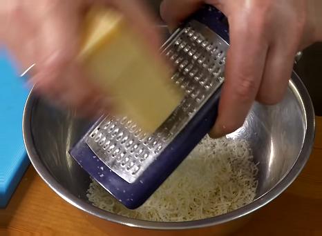 в желтки добавляем сыр