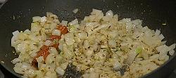 добавить в сковородку чеснок и лук, добавить корицу и фенхель, зиру и сванскую соль