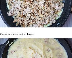 Сверху на картофельное пюре выложить слой из фарша