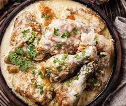 Готовую тушеную курицу со сметаной посыпьте измельченной зеленью