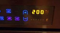 Включаем духовку, пусть греется до 200 градусов.