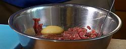 добавляем одно яйцо в быструю говядину