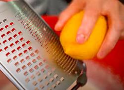 """добавляем в тесто рецепта """"творожный кулич на пасху"""" натертую на терке цедру половины лимона"""
