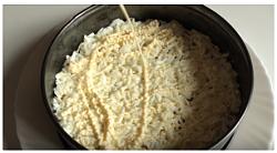 слой салата из печени трески - тертые яичные белки